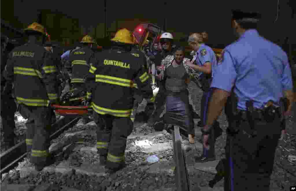 Qatar qəzasında yaralananlara yardım edilir