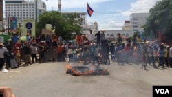 Some 200 laborers, who ferry goods across the Thai border and back, demonstrated at the Poipet checkpoint, demanding that customs officers there drop fees and other charges..
