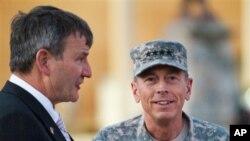 جنرال پیټریس (ښي) جنرال ایکنبری، په کابل کې د امریکا سفیر (چپ)