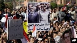 군부의 과도통치 종식을 요구하며 수도 카이로 타흐리르 광장에 모인 시민들
