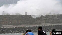 12일 타이완 동부 화롄현 시민들이 넘치는 방파제를 바라보고 있다. 태풍 '솔릭'은 12일 오후 타이완 북부에 상륙할 것으로 예상된다.