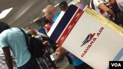 지난 8월 미국인 승객이 쿠바행 비행기 티켓을 쥐고 있다. (자료사진)
