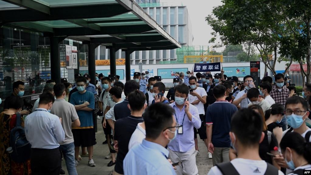 大批忧虑的投资者9月15日在恒大深圳总部外表达不满。