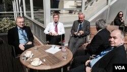 Алексей Пушков его коллеги по российской делегации во внутреннем дворе Дворца Европы