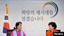緬甸民主領袖昂山素姬(左)在首爾會晤韓國當選總統朴槿惠