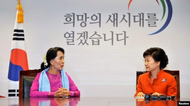 Burma's pro-democracy leader Aung San Suu Kyi (L) speaks to South Korea's President-elect Park Geun-hye during their meeting in Seoul,January 29, 2013.