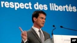 Ngoại trưởng Manuel Valls phát biểu tại một cuộc họp báo ở Điện Elysee. Quốc hội Pháp đã biểu quyết với đa số áp đảo tán thành một dự luật gây nhiều tranh cãi nhằm hợp thức hóa việc theo dõi rộng rãi các nghi can khủng bố ở Pháp.