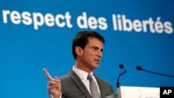 Fransa Başbakanı Manuel Valls yeni yasayı açıklarken