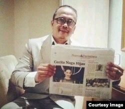 Kin Sanubary menunjukkan salah satu koran koleksinya (dok. pribadi).