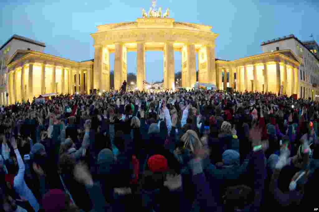Peserta berkumpul di Gerbang Brandenburg dan menari untuk gerakan 'One Billion Rising' di Berlin, Jerman (14/1). (DPA/Rainer Jensen)