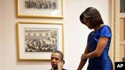 白宮提供的照片顯示﹐總統奧巴馬和夫人米歇爾在星期二晚發佈國情諮文演講後﹐獲電話通知營救人質的突襲行動成功。