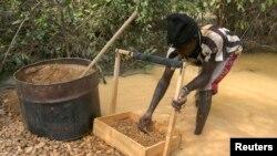 Un villageois à la recherche de diamants près d'une mine aux environs de Sam Ouandja, en RCA (photo non datée)