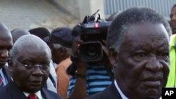 O presidente da Zâmbia, Michael Sata (à direita), à frente de Armando Guebuza por ocasião das celebrações do centenário do ANC