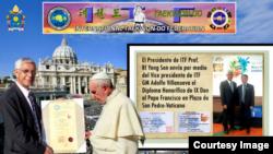 아돌프 빌라누에바 ITF 부총재(왼쪽)가 프란치스코 교황에게 명예단증을 전달하고 있다. 오른쪽 작은 사진은 리용선 ITF 총재(오른쪽)와 빌라누에바 부총재. 사진 제공 = ITF.