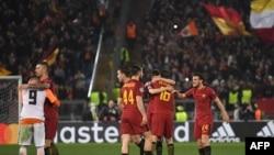 Les joueurs de l'AS Roma célèbrent une victoire 1-0 lors du match retour contre Shakhtar Donetsk, au stade olympique de Rome, le 13 mars 2018.