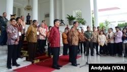 Presiden Jokowi menjawab pertanyaan wartawan soal calon Kapolri, di Istana Bogor, Jawa Barat, Jumat 13 Februari 2015. (Foto: VOA/Andylala)