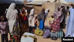 Familles venues de Gwoza, dans l'Etat de Borno, déplacées par la violence et les troubles causés par l'insurrection, vivent dans un camp de réfugiés en Mararaba Madagali, l'Etat d'Adamawa, 18 février 2014.
