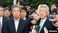 2014年1月14日,两位前日本首相小泉纯一郎(右)与细川护熙(左)在东京被记者包围。他们对现任首相安倍晋三的核政策提出挑战。