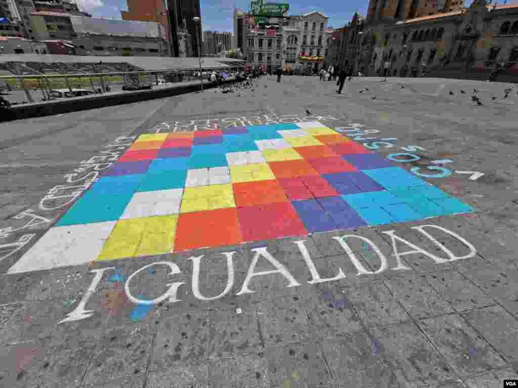 La plaza San Francisco, es donde se concentran los grupos sociales para protestar pacíficamente. Este día hay una whipala pintada en el centro de la plaza con varios mensajes escritos.