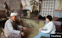 田野调查中的郭于华与当地最后一位扎白羊肚手巾的农民