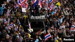 27일 태국 방콕에서 반정부 시위대가 행진을 벌이고 있다.