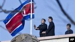 중국 베이징의 북한대사관 직원들이 인공기를 게양하고 있다. (자료사진)