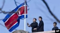 중국 북경 북한 대사관 직원들이 김정일 국방위원장의 사망을 애도하며 조기를 올리는 모습 (자료사진)