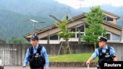 2016年7月26日(当地时间)日本神奈川县相模原市一家养老院发生持刀行凶事件。图为警察站在这家养老院前面巡查。