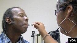 Wilbert Smith, warga AS berobat di klinik kesehatan gratis di Arlington, Virginia (foto: dok). Sedikitnya 30 juta warga AS tidak memiliki asuransi kesehatan.