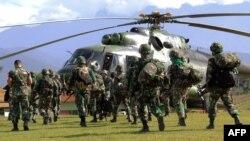 Pasukan TNI bersiap menaiki helikopter dari Wamena di Provinsi Papua untuk mengevakuasi jenazah pekerja konstruksi yang tewas diserang kelompok bersenjata di Nduga, 5 Desember 2018.