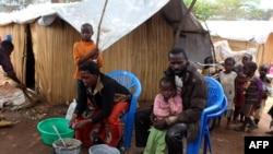Une famille de réfugiés de la RDC sont dans le camp de Nchelenge, en Zambie, le 30 octobre 2017.