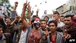 Người biểu tình chống chính phủ hô khẩu hiệu trong cuộc biểu tình ở thủ đô Sana'a đòi Tổng thống Saleh từ chức, ngày 1/6/2011