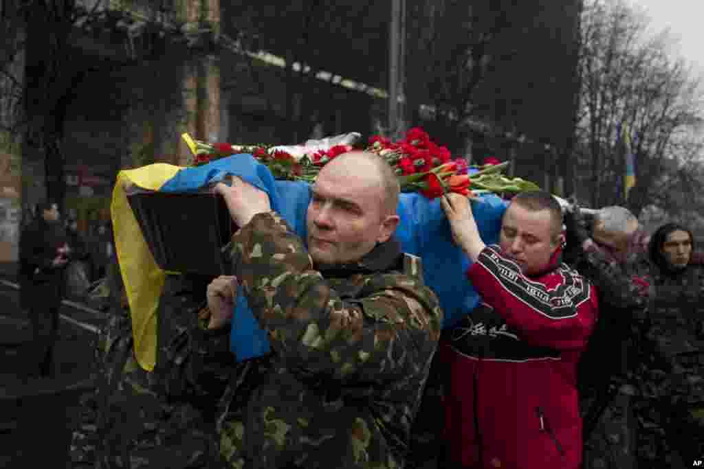 Pogrebna povorka jednog dobrovoljca ubijenog pre dva dana na Trgu nezavisnosti u Kijevu, 6. mart, 2014.