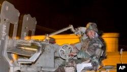 Một chiến binh người Kurd từ Iraq chuẩn bị rời ngoại ô Suruc, Thổ Nhĩ Kỳ, hướng về phía biên giới Thổ Nhĩ Kỳ-Syria, tiến vào thành phố Kobani.