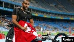 Le tunisien Walid Ktila fête sa victoire après avoir remporté la médaille d'or au 100 mètres hommes lors des Jeux paralympiques de Rio, Brésil, le 12 septembre 2016.