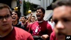 En señal de protesta por la acusación de tres estudiantes detenidos, tres otros compañeros se cosieron la boca.