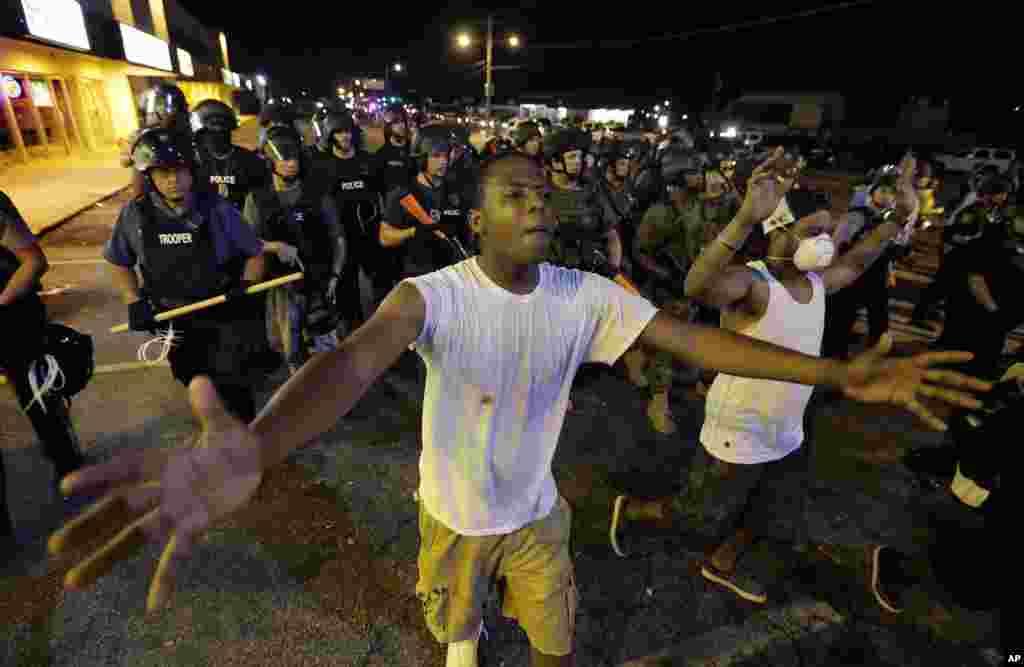 Cảnh sát giải tán người biểu tình tại Ferguson, Missouri, ngày 20/8/2014.