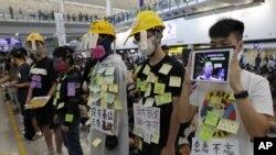 Участники протеста, устроенного оппозицией в аэропорту Гонконга