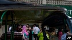 2013年4月16日在巴基斯坦的卡拉奇有感地震发生之后,人们撤离建筑物,聚集在街上。