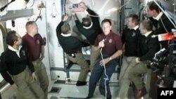 Atlantis mürettebatı, uzay istasyonundan ayrılmadan önce küçük bir uzay dolmuşu maketi ve 1981'deki ilk uçuşta taşınan Amerikan bayrağını armağan olarak bıraktı.