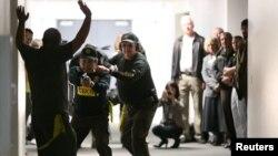 Учения отряда вооруженных добровольцев по обезвреживанию злоумышленника в одной из школ Аризоны