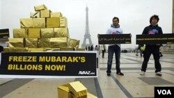 Beberapa aktivis keturunan Mesir menuntut pembekuan aset mantan Presiden Mubarak di dekat Menara Eiffel, Paris (18/2).