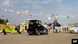 在2012年2月17日拍攝的照片顯示,伊拉克的安全部隊進入阿什拉夫難民營的大門