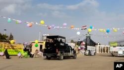 Xe của lực lượng an ninh Iraq chạy vào cổng trại Ashraf