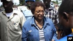 Le gouvernement de Mme Sirleaf (au c.) avait fermé ces stations le 7 novembre, 2011