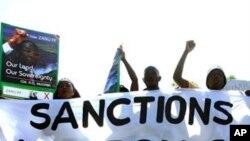 Apoiantes de Mugabe protestam contra as sanções