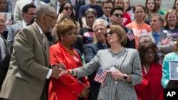 Los legisladores demócratas ofrecieron una conferencia de prensa en las afueras del Congreso.