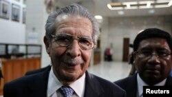 Cựu lãnh tụ độc tài Guatemala Efrain Rios Montt rời phiên xử ở Toàn Tối cao ở Guatemala City, ngày 9/5/ 2013.