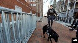 Бостон. Поліцейський-кінолог із службовим собакою.
