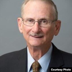 윌리엄 뉴콤 전 미국 재무부 분석관. 북한 문제 전문가로 현재 워싱턴의 민간연구기관 'C4ADS' 객원연구원으로 활동하고 있다.